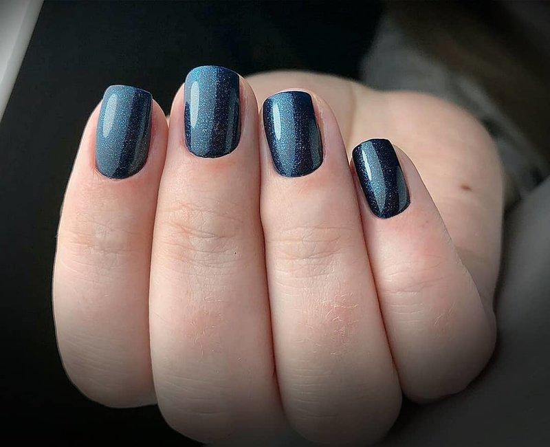 Ongles à paillettes bleu marine