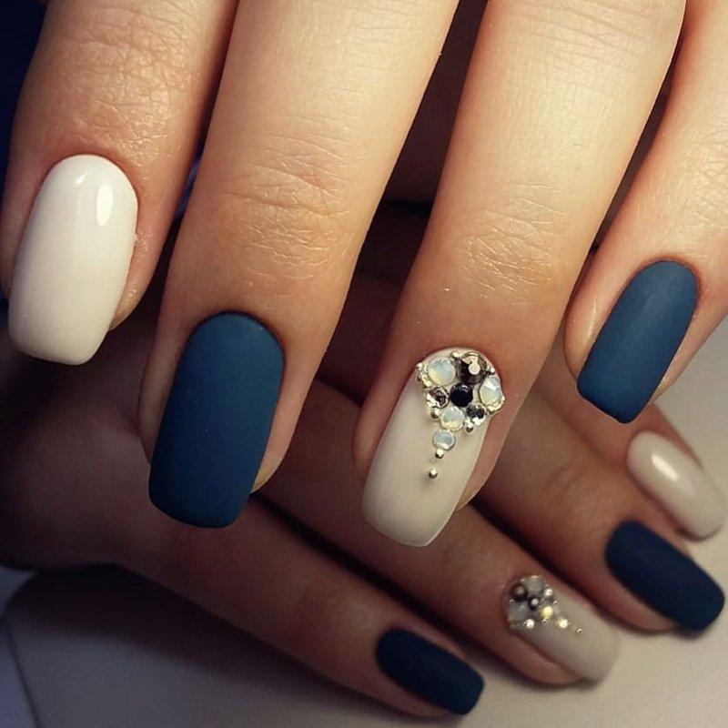 Ongles bleu foncé mat avec strass