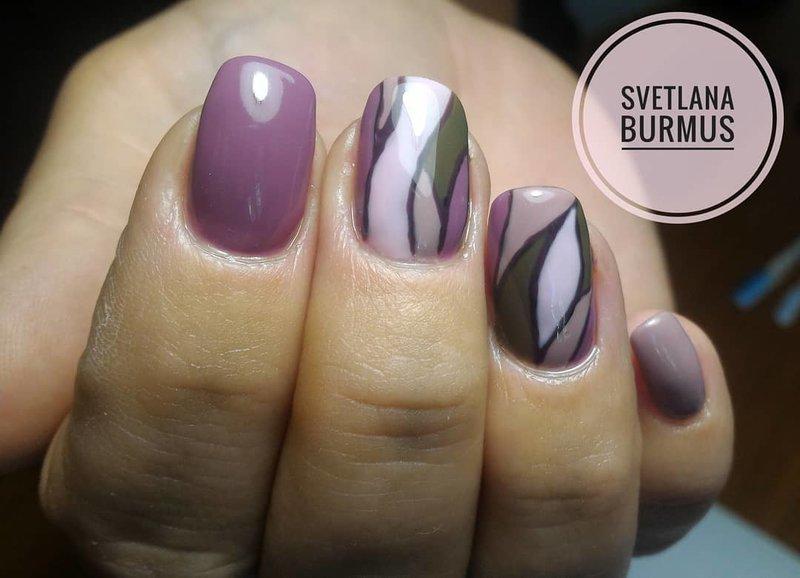 Mosaïque sur les ongles en couleur