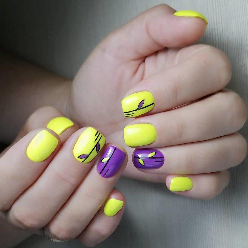 Geltonos ir violetinės spalvos manikiūras.