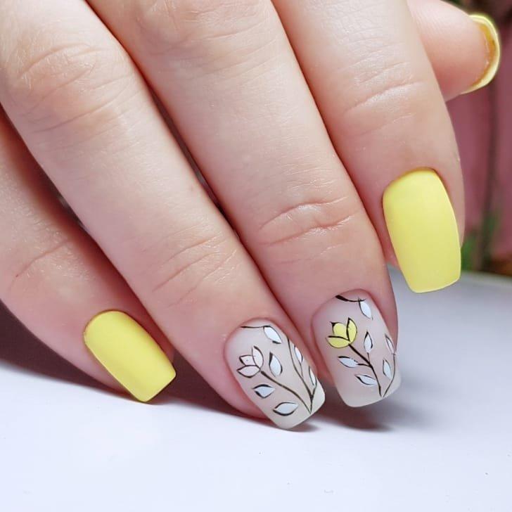 geltonas manikiūras ir minimalistiniai piešiniai