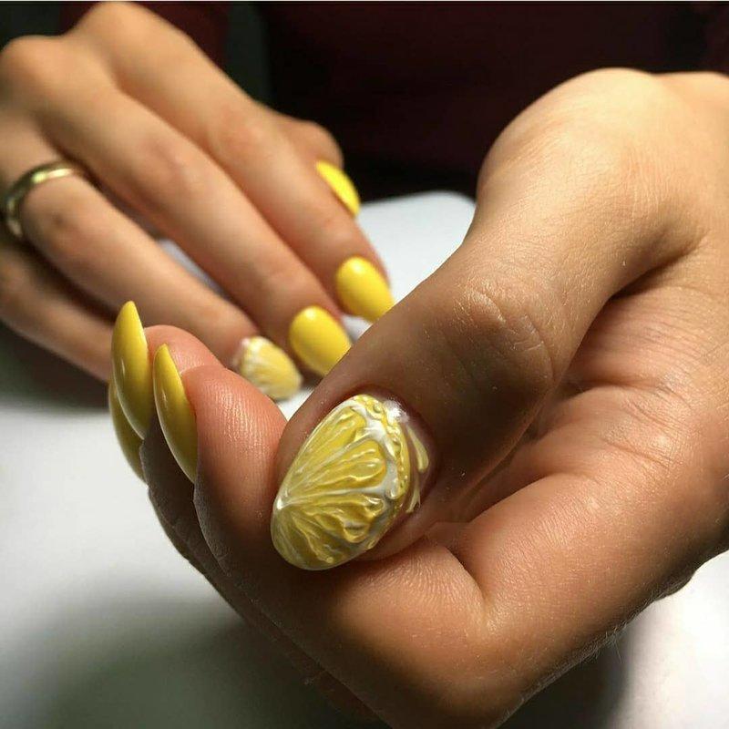 Vasarinis manikiūras su citrinomis