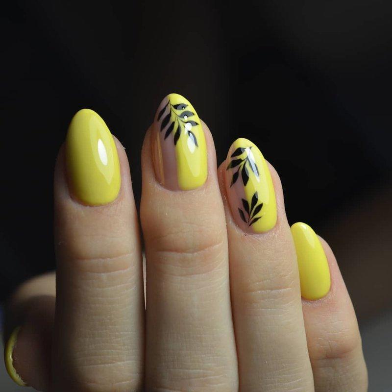 Atogrąžų dizainas ant geltono manikiūro.