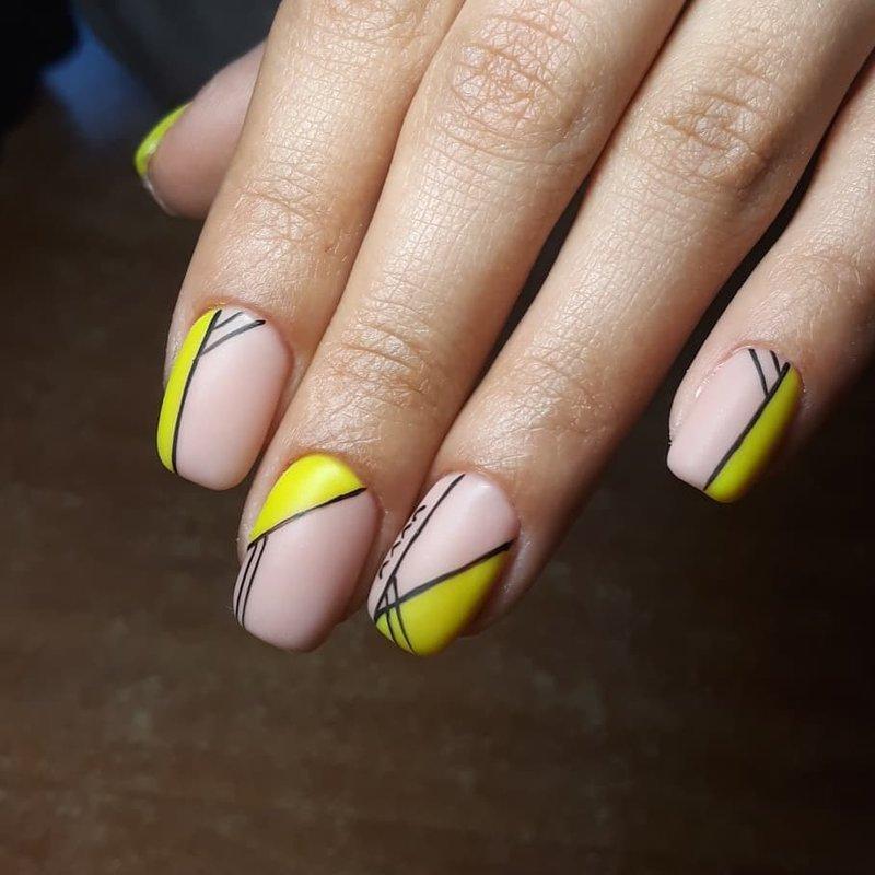 Géométrie de couleur au néon sur les ongles