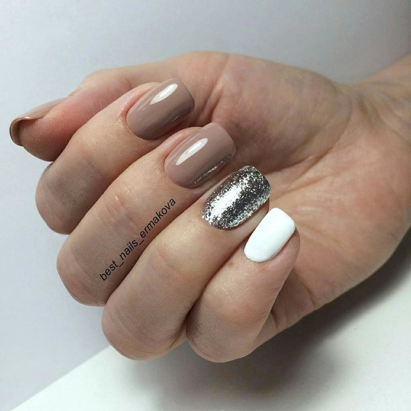 Blizgučių žiedo piršto manikiūras