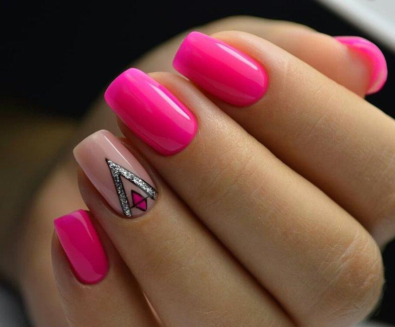 Neoninės rožinės spalvos manikiūras su dizainu.