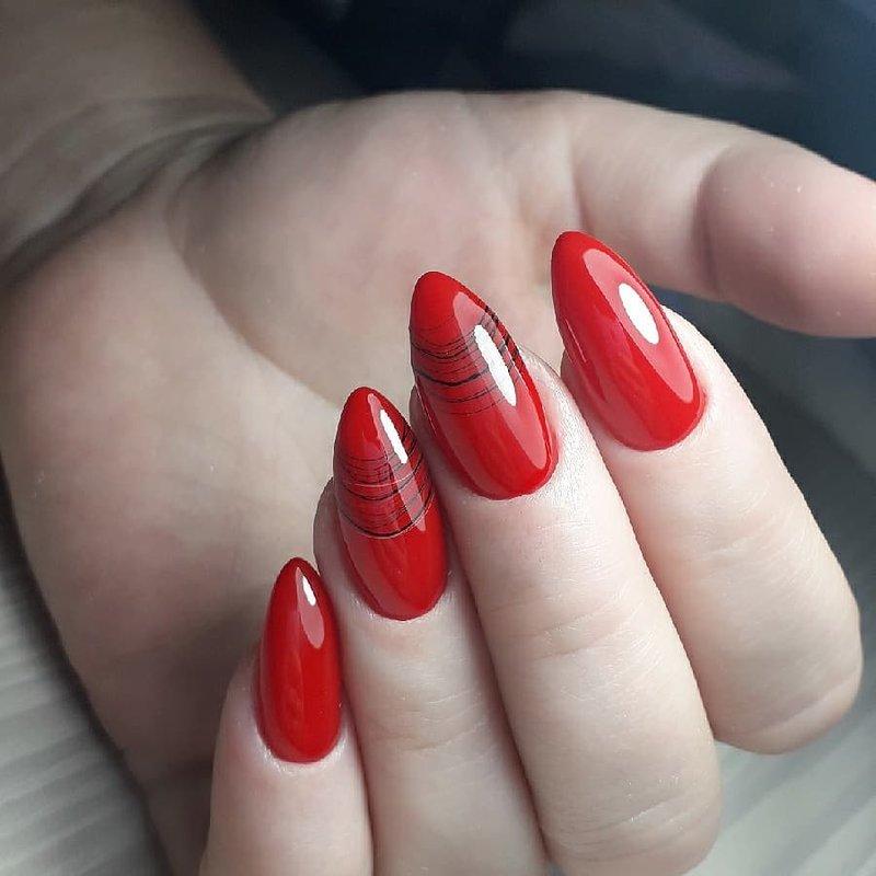 Manucure rouge avec ligne d'araignée en gel