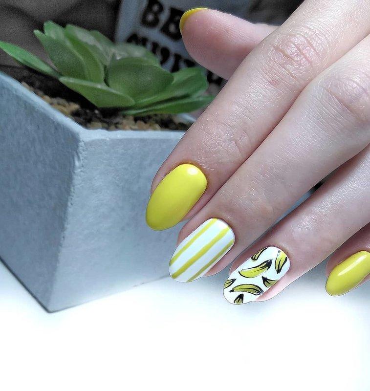 Geltonas manikiūras su bananais.