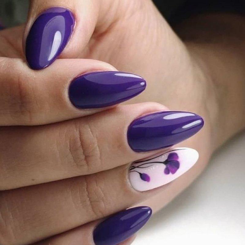 Violetinis manikiūras su minimalistinėmis spalvomis.
