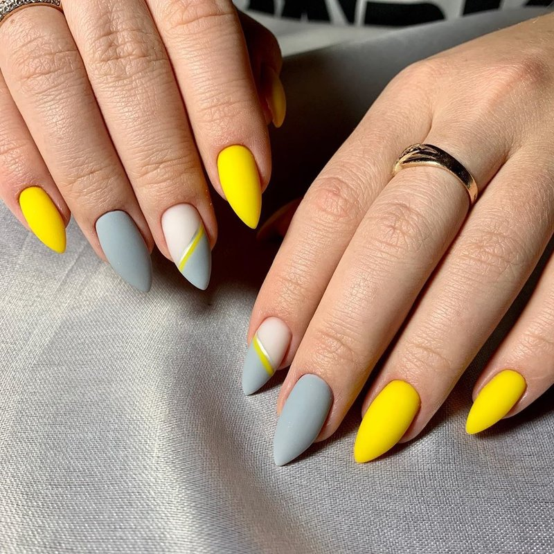 Pilkai geltonos spalvos matinis manikiūras