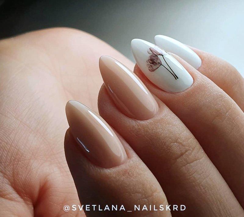 Smėlio spalvos nagai su baltais