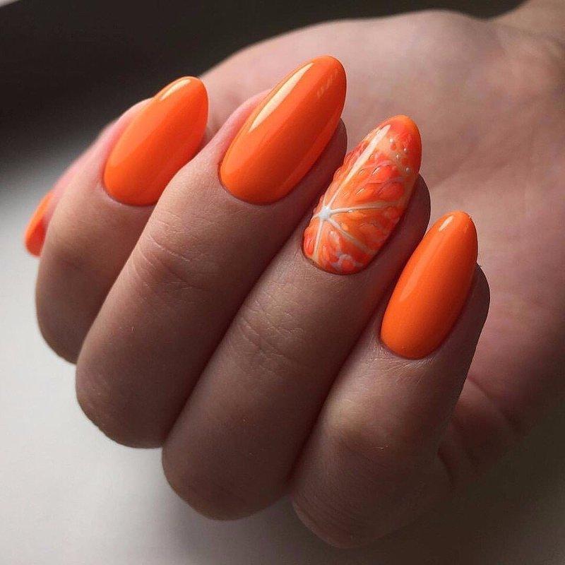 Oranžinis manikiūras su apelsinu
