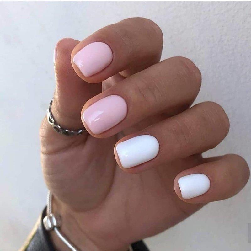 Baltas ir rožinis manikiūras.