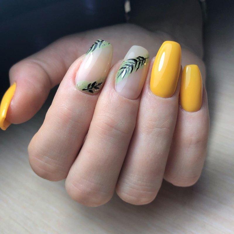 Laque jaune profond et design tropical