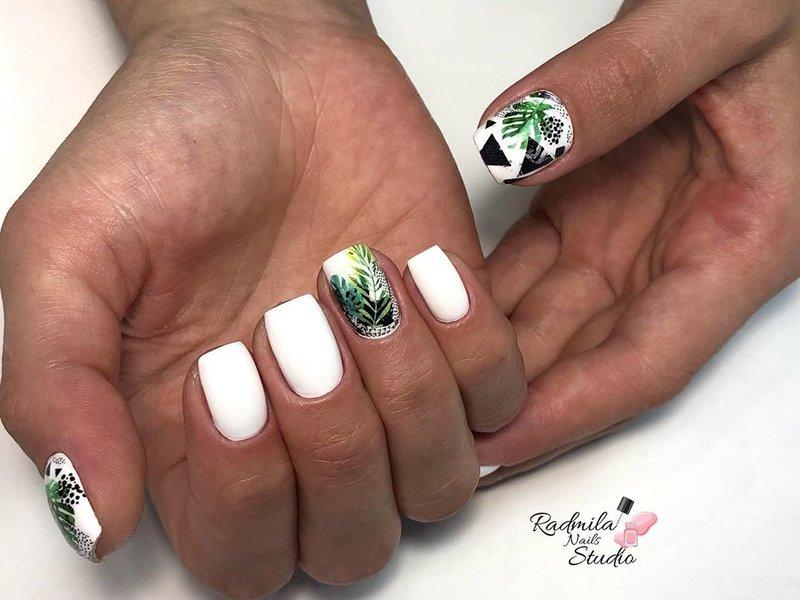 Baltas manikiūras su atogrąžų modeliu