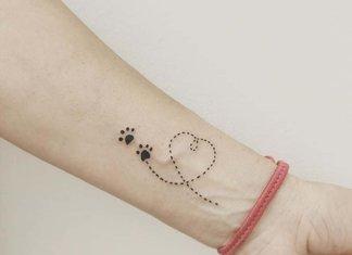 Mooie tatoeage op de arm van een meisje