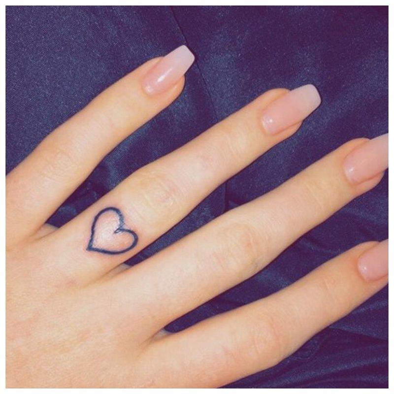 Piršto širdies tatuiruotė