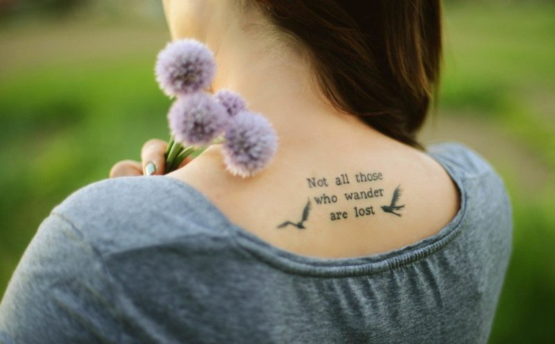 Anglų tatuiruotė ant nugaros
