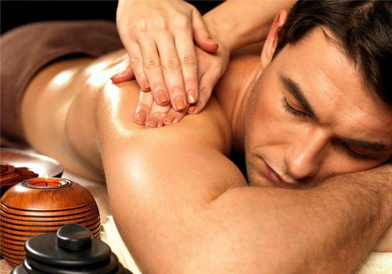 Moteris masažuoja vyrą.