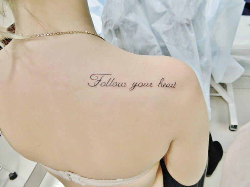 Tatuiruotė angliškai ant peties