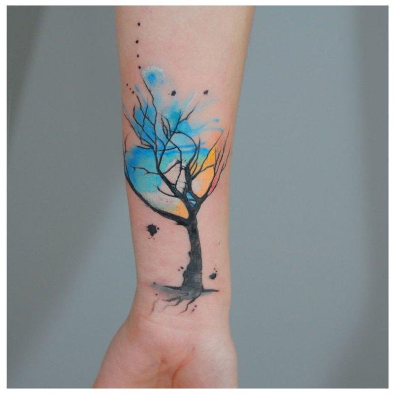 Akvarelės medžio tatuiruotė