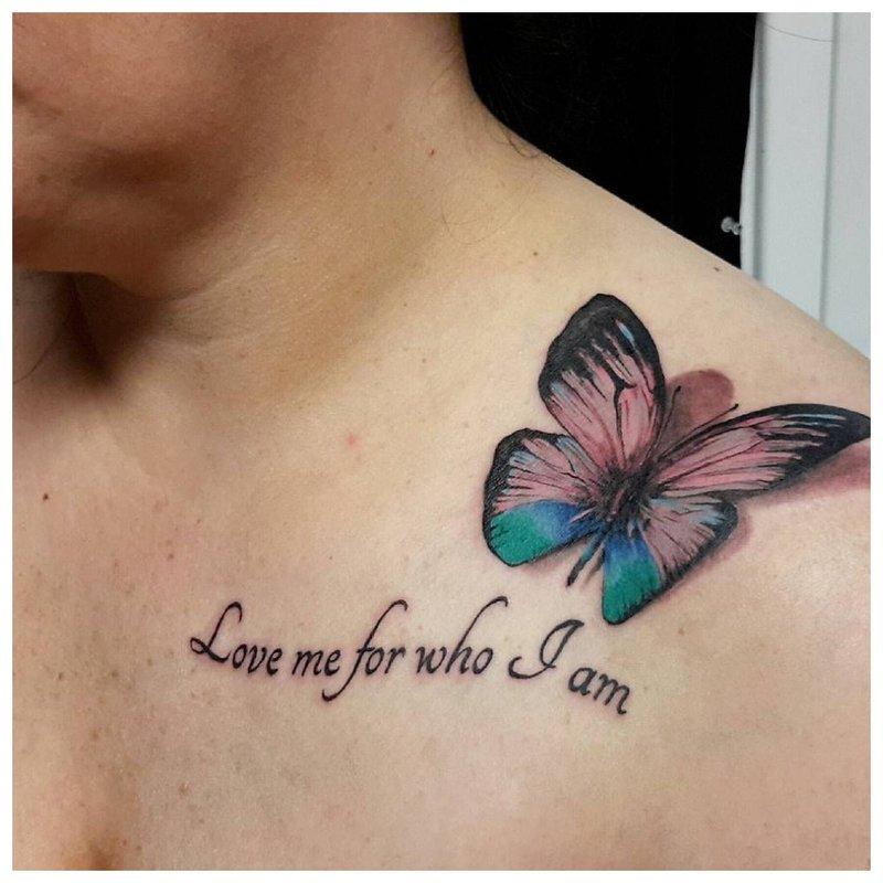 Ryškus drugelis - raktikaulio tatuiruotė