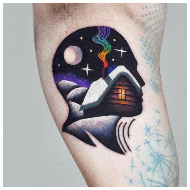 Neįprastos spalvos tatuiruotė ant alkūnės