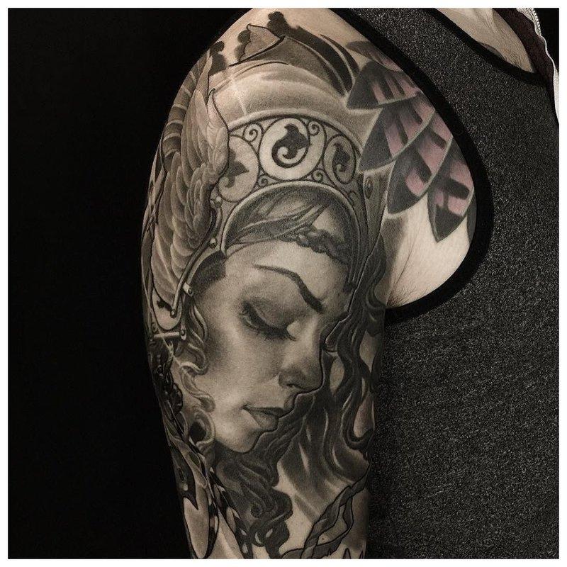 Tatuiruotės mergina ant peties