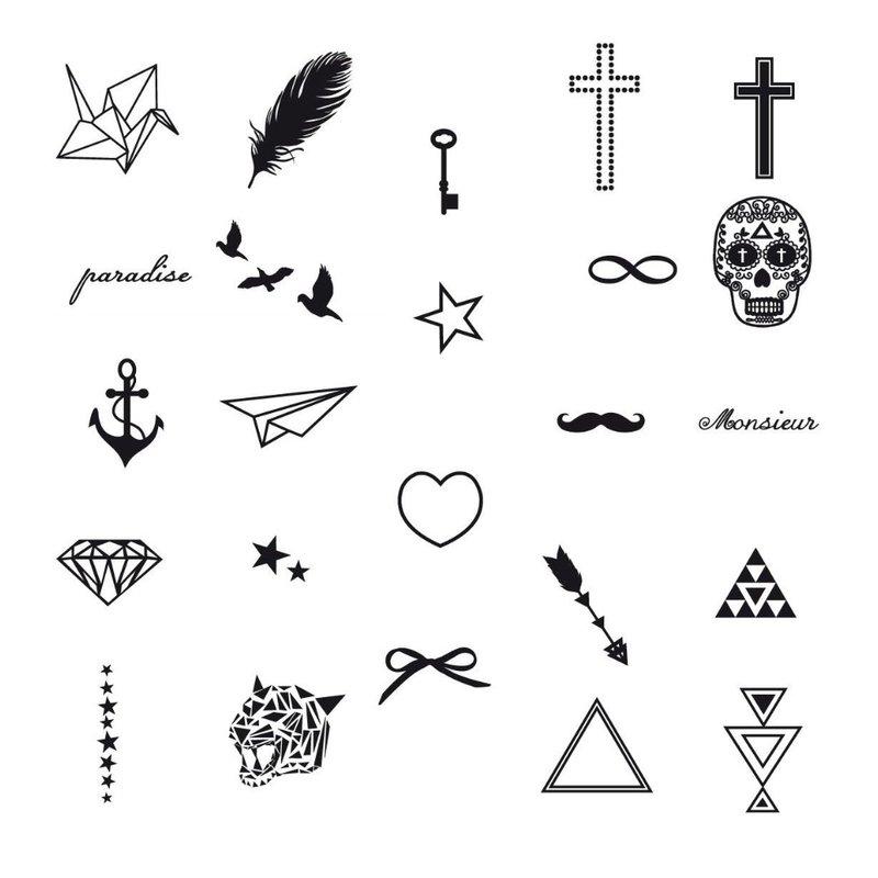 Skirtingų figūrų eskizai tatuiruočių merginai