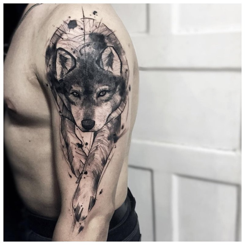 Leuke wolf cub - tattoo op de schouder van een man