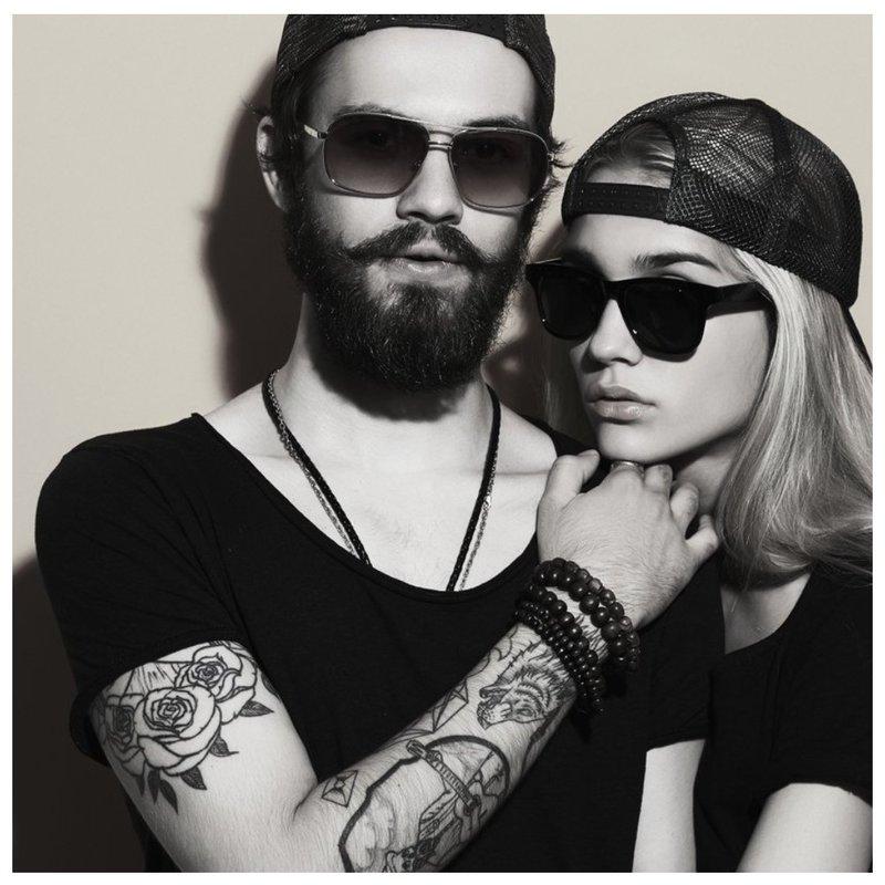Mec avec tatouage et fille