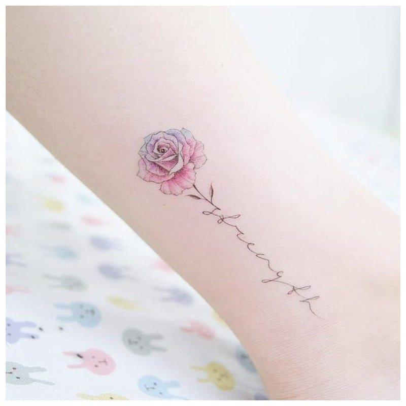 Graži tatuiruotės gėlė