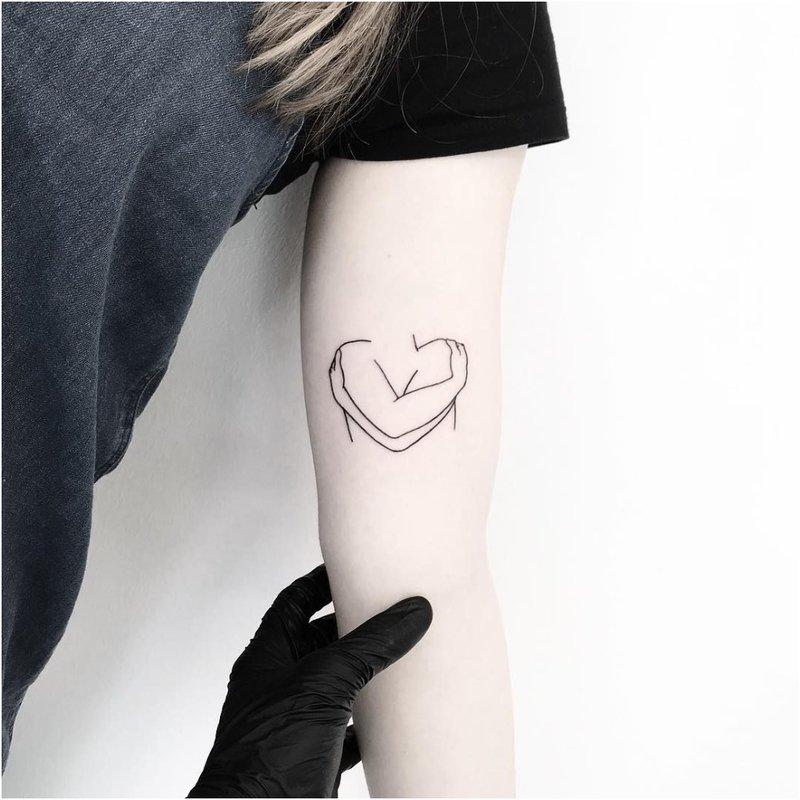 Minimalistinė tatuiruotė ant rankos