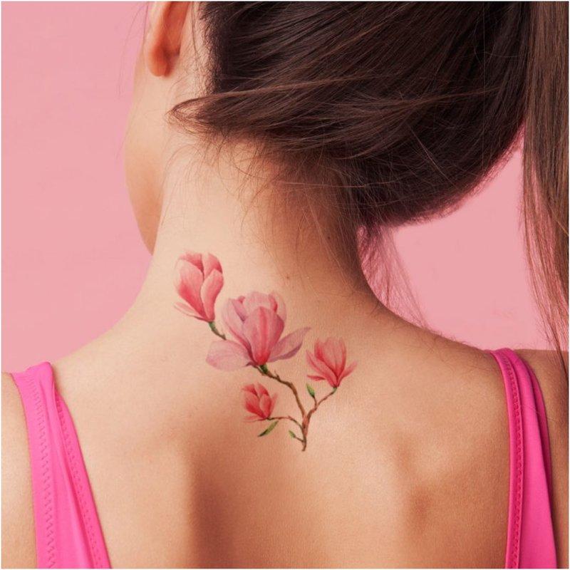 Subtili gėlių tatuiruotė galvos gale