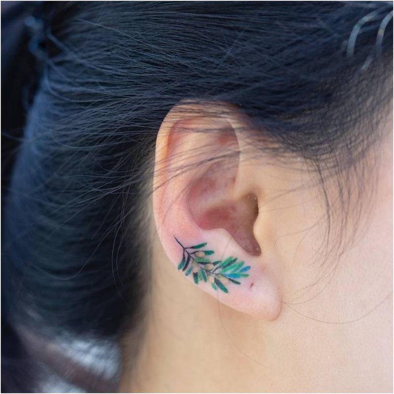 Ryški gėlė ant ausies