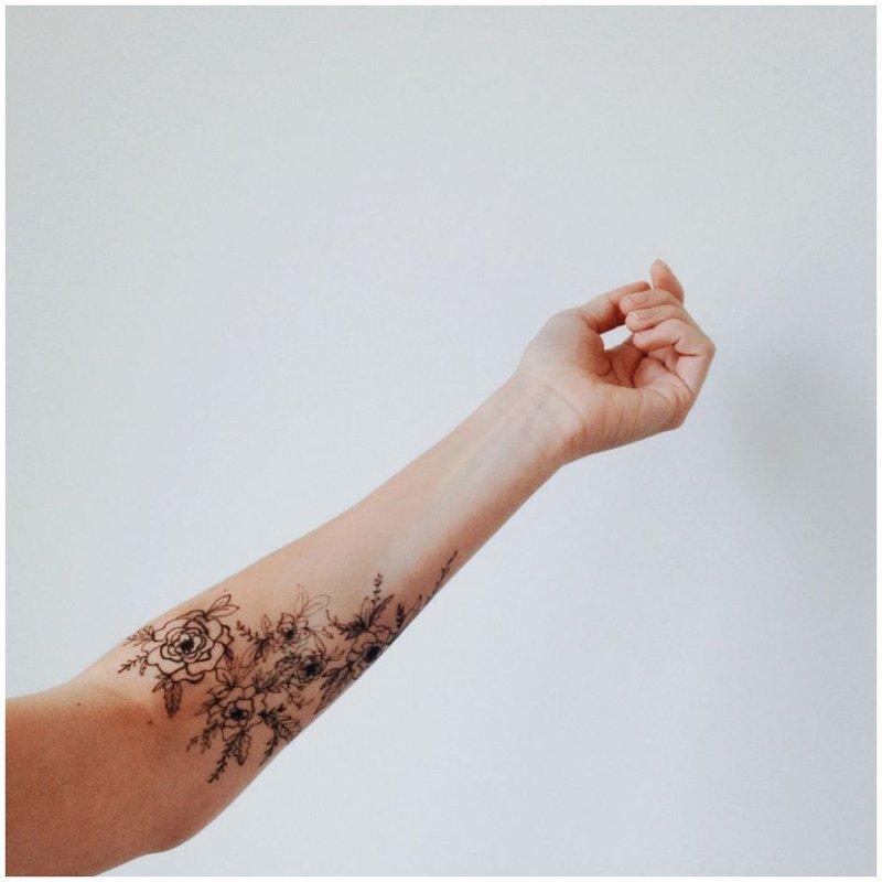 Tatuiruotė ant rankos su gėlėmis