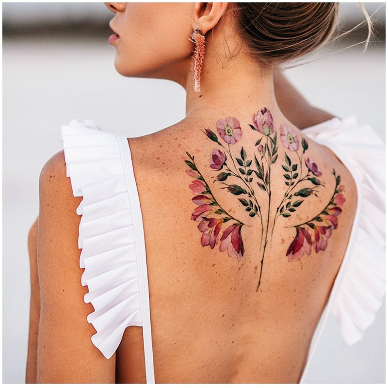 Gėlių tatuiruotė su akvarele