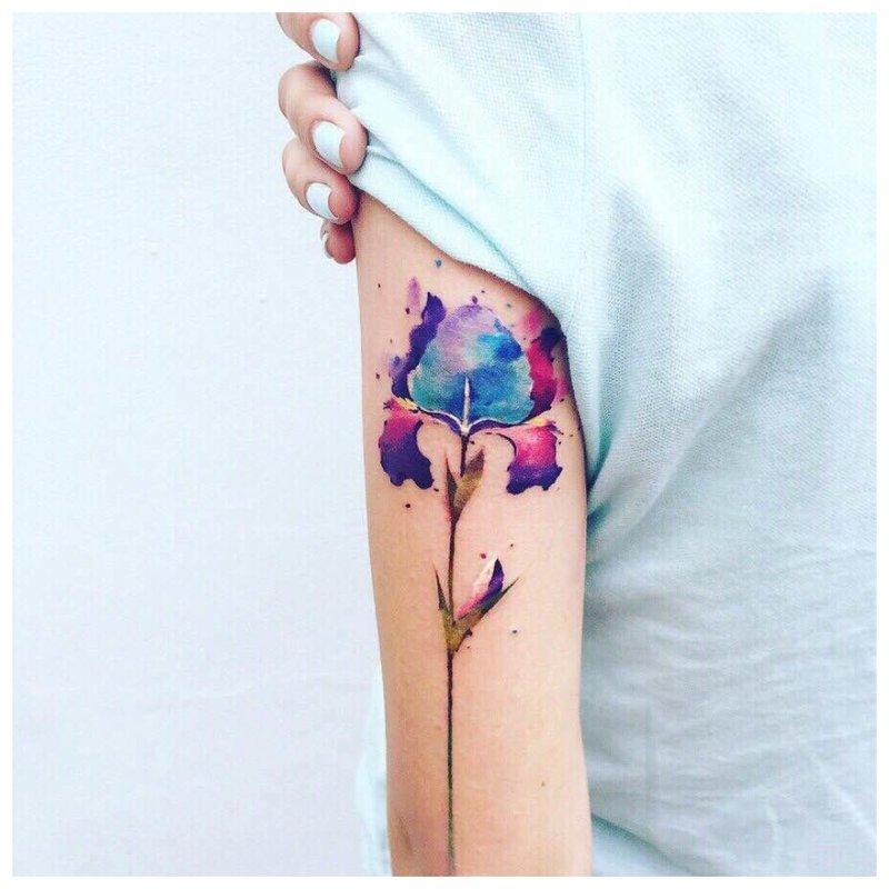 Ryški gėlių tatuiruotė
