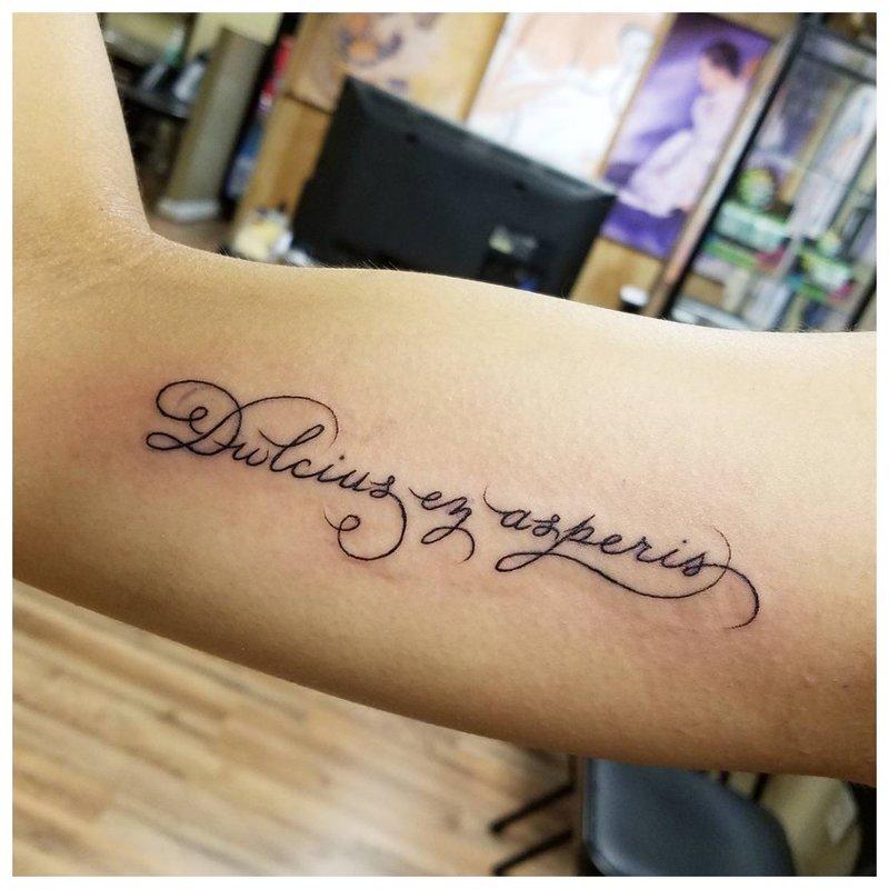 Tatuiruotės šriftas ranka