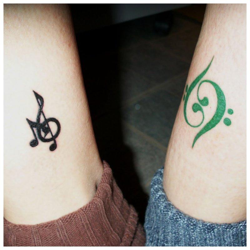 Muzikinis ženklas suporuotas tatuiruotė