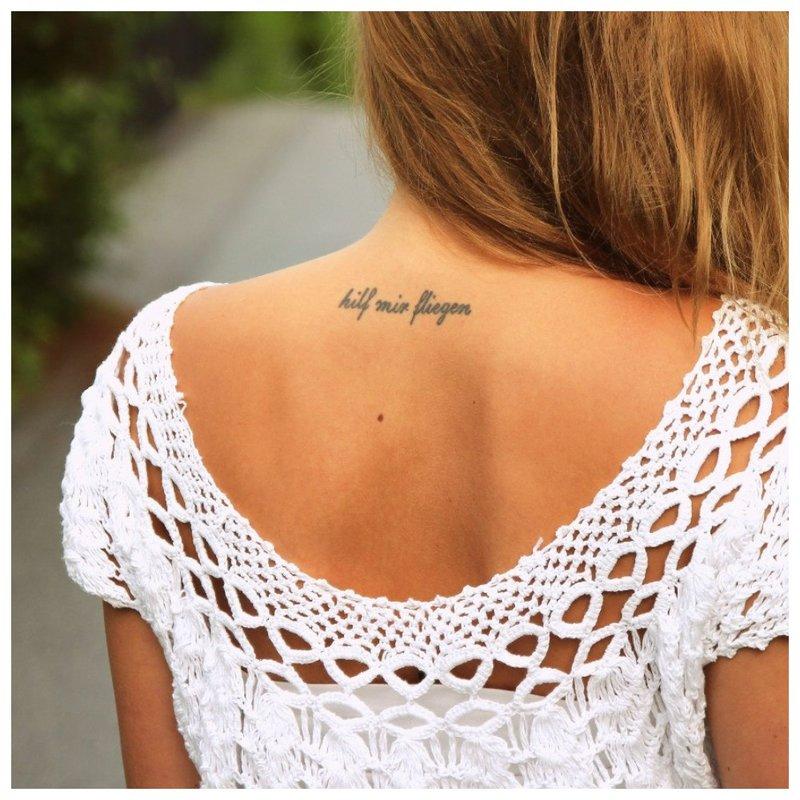 Tatuiruotė žemiau nugaros galvos