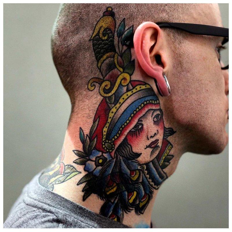 Ryški tatuiruotė ant kaklo už ausies
