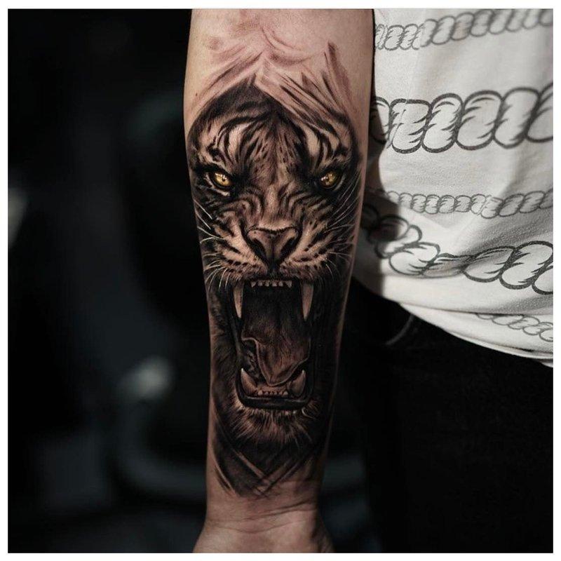 Ryški tatuiruotė ant vyro dilbio