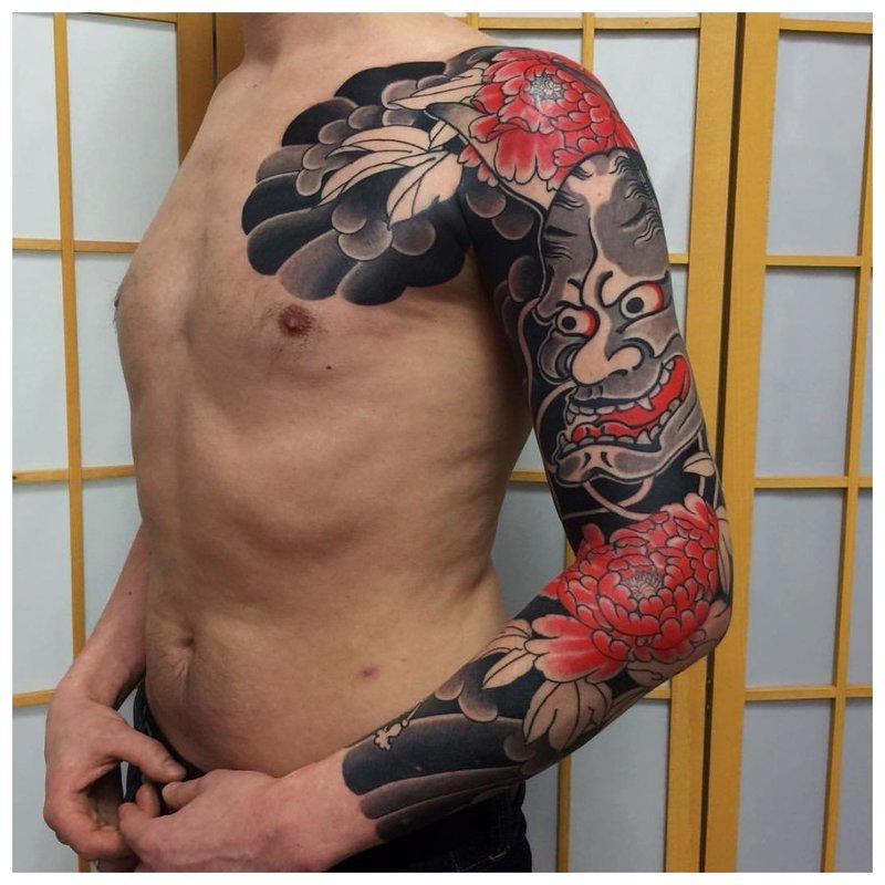 Japonijos demono kaukės tatuiruotė