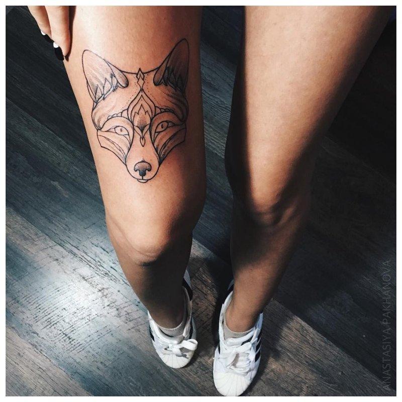 Vilko veidas - tatuiruotė ant mergaitės kojos
