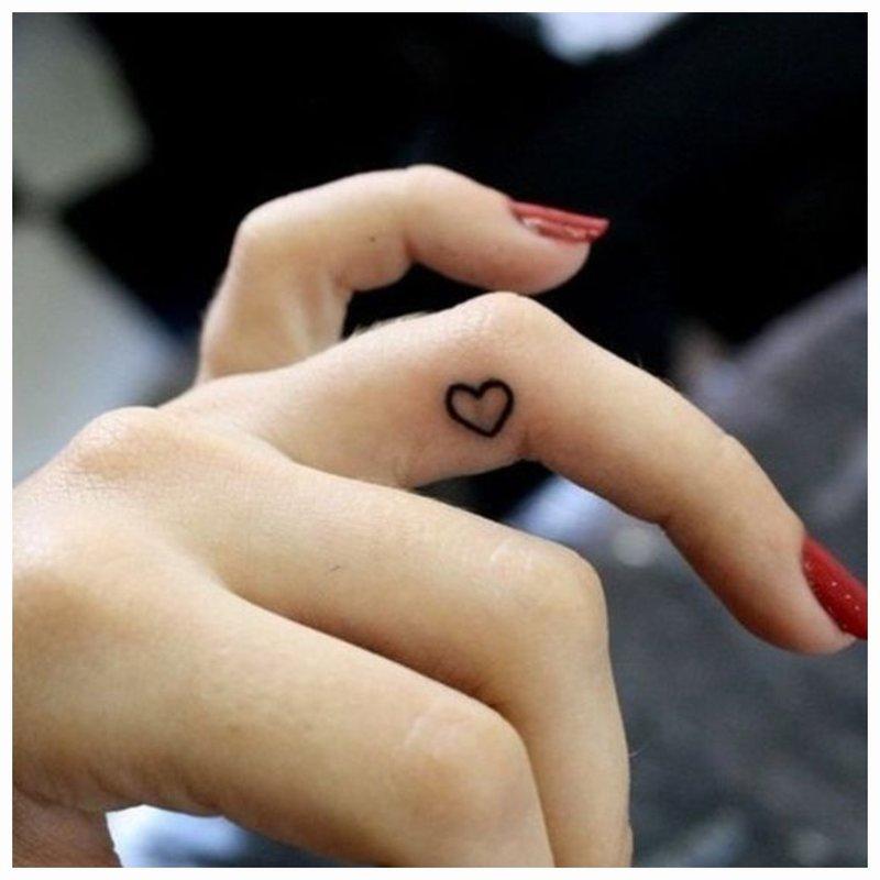 Širdies formos maža tatuiruotė