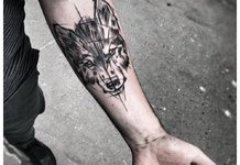 Tatouage de loup sur la main d'un homme