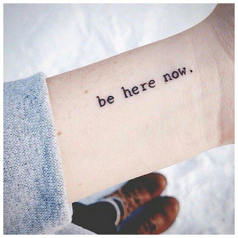 Užrašas ant riešo - madinga tatuiruotė
