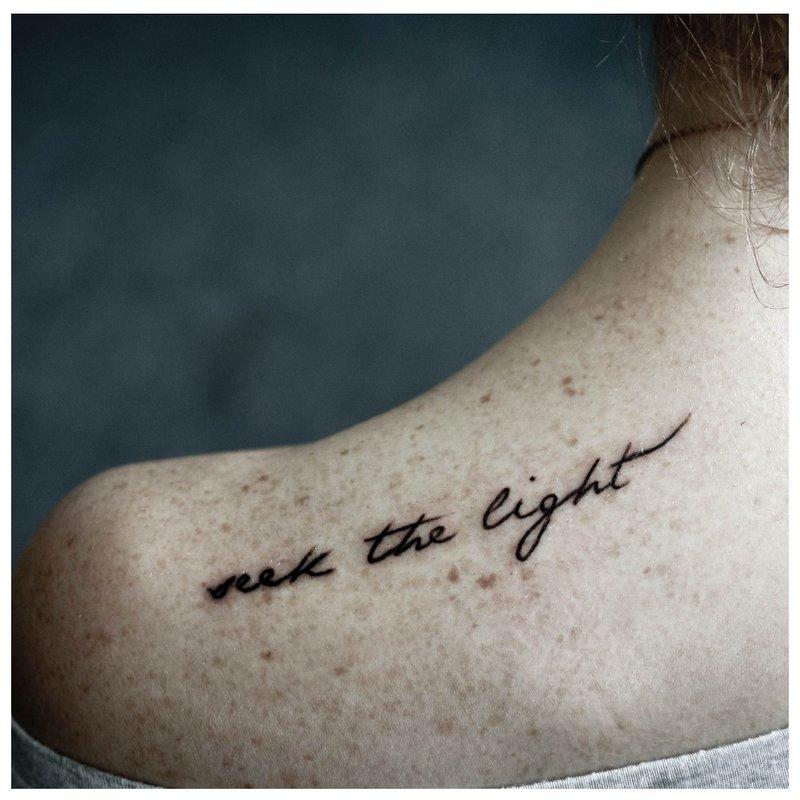 Subtilus tatuiruotės ant peties šriftas