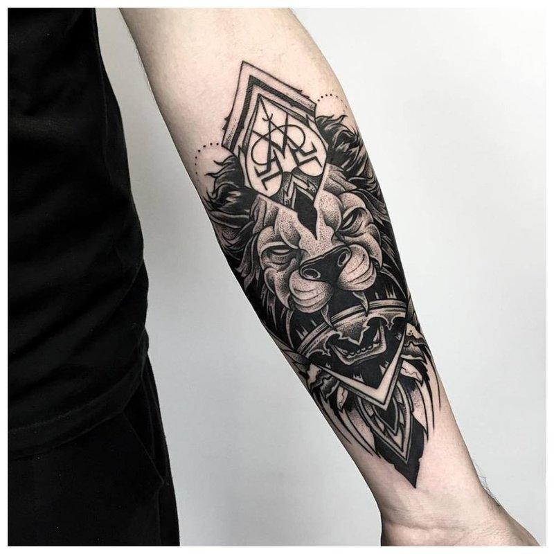 Tatuiruotė su gyvūnais ant vyro dilbio
